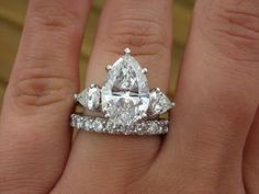 Jessica Simpson's hand with her pear shaped diamond ring